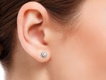 Náušnice Danfil na modelce - detail ucha